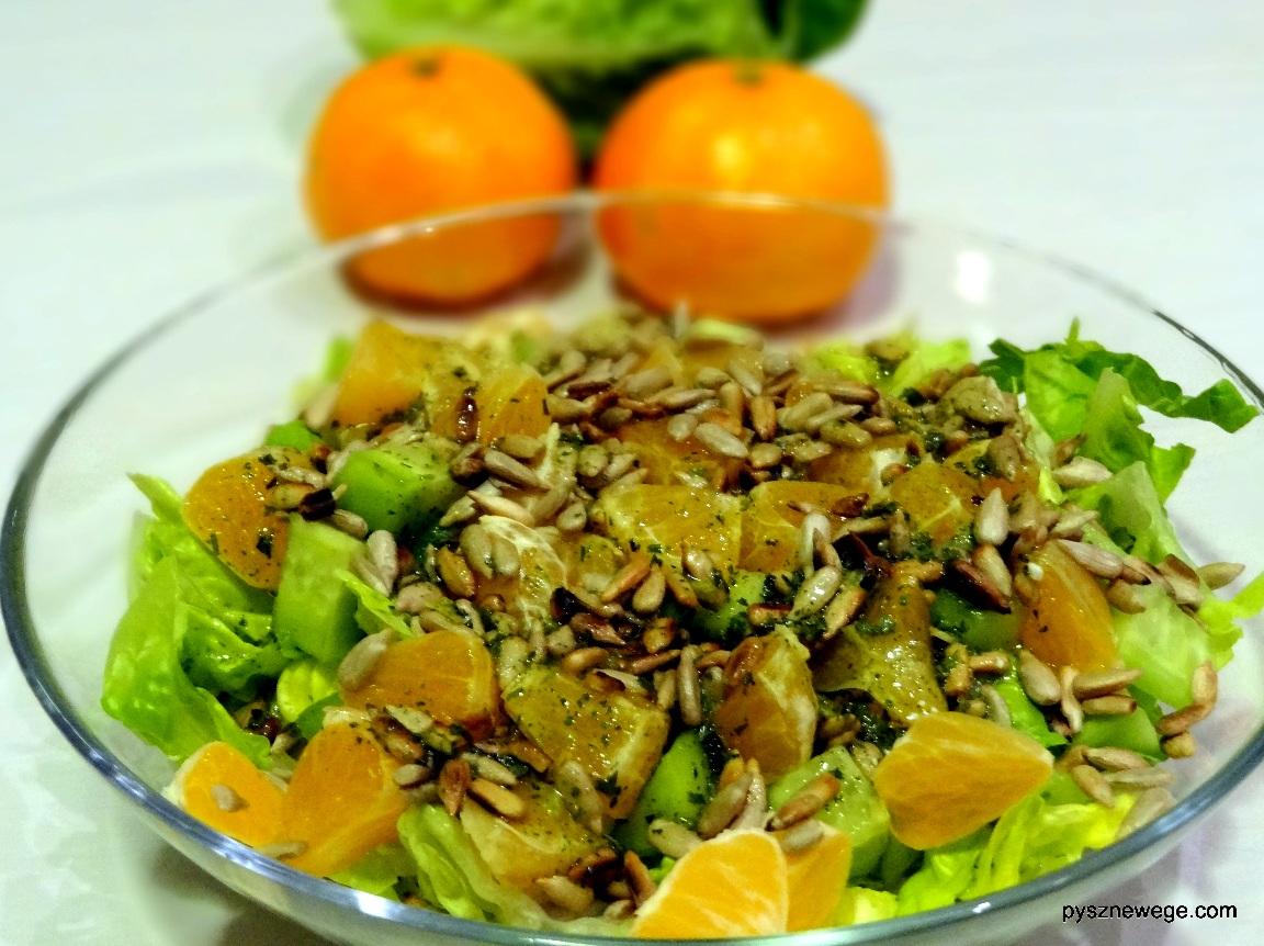 Sałata rzymska z mandarynkami i ogórkiem